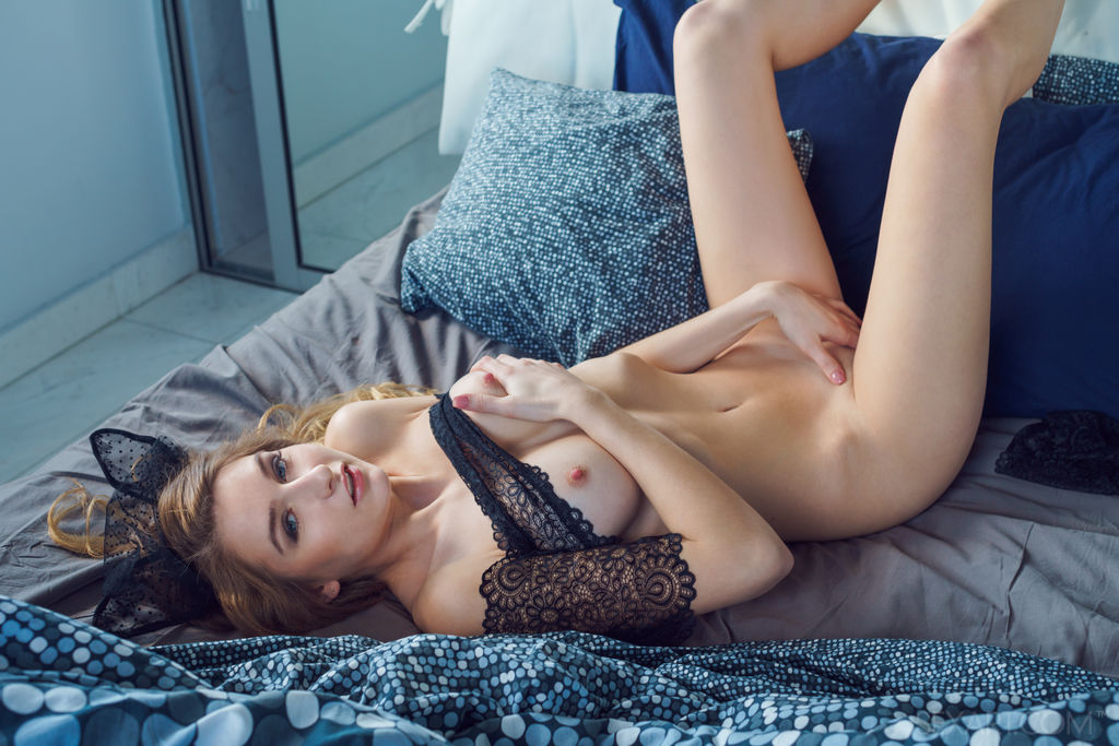 Amelia Gin in erotic photo sessions
