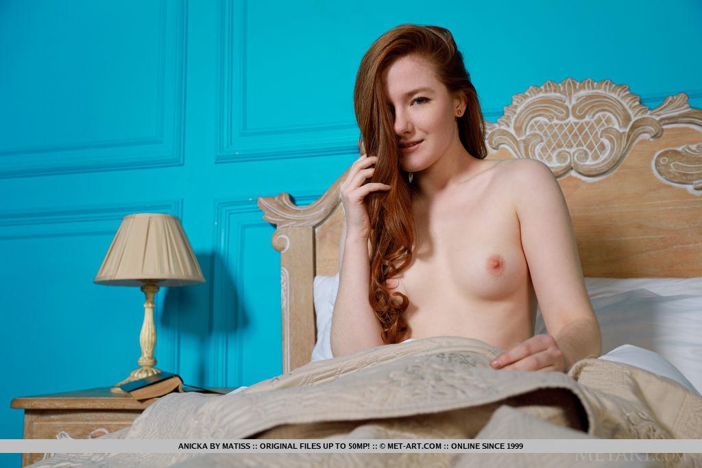 Anicka in stark-naked photo
