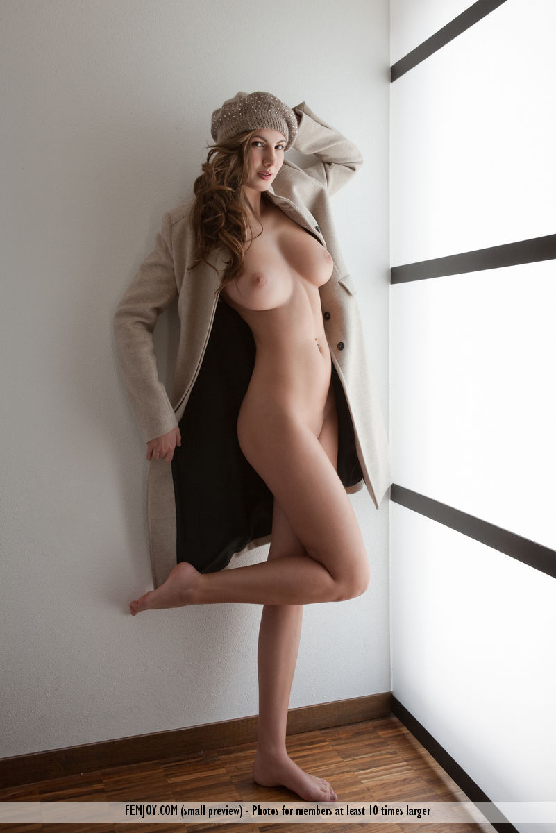 This young lady has peeled big breasts and Brown hair