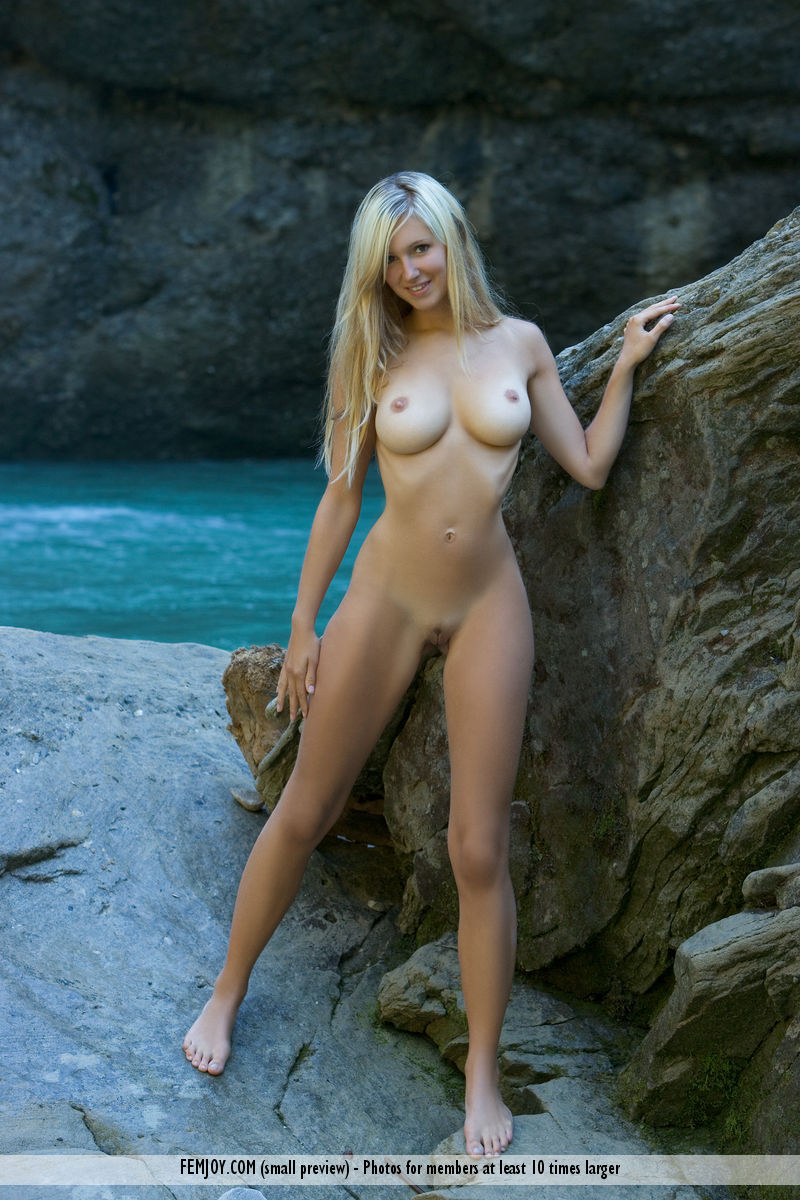 On the cover of Fontana FemJoy is stupendous Corinna