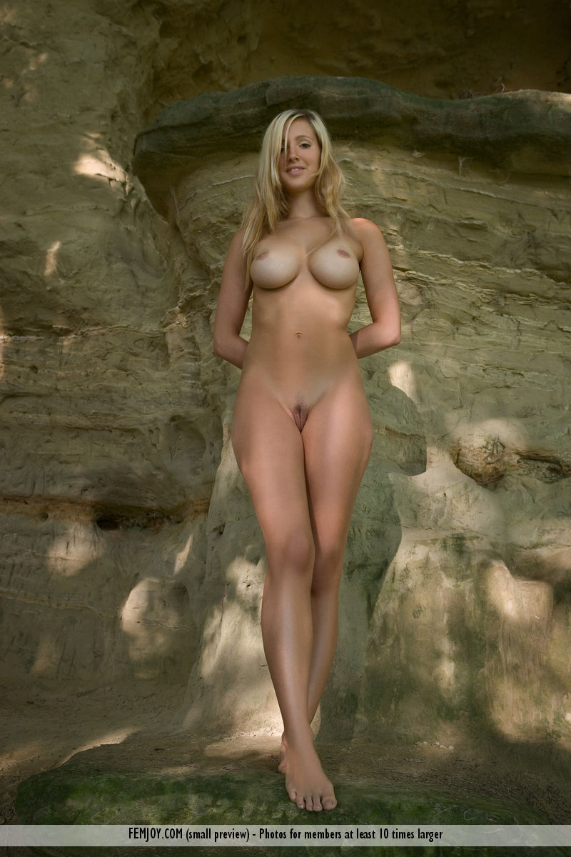 damsel has awe-inspiring Blonde hair, Brown eye