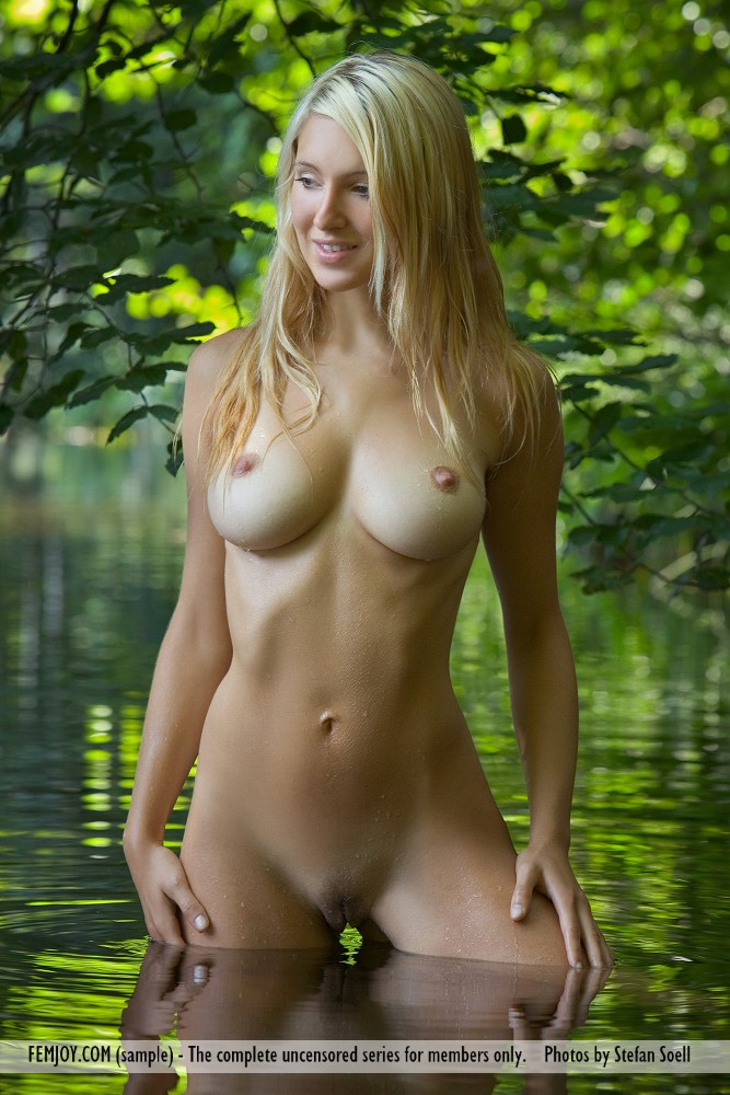Corinna in enticing photo HD for gratis