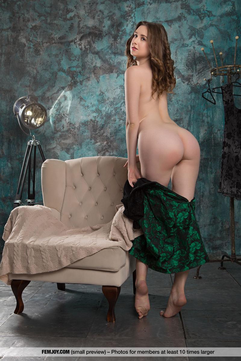 Dara W. in flirtatious photo sessions