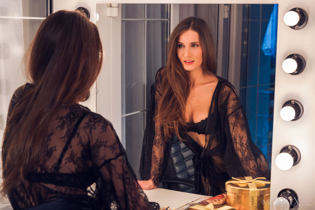 Model of Elina in stark-naked sessions