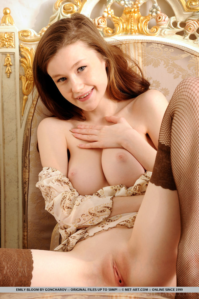 Best seductive model Emily Bloom in in the altogether sessions