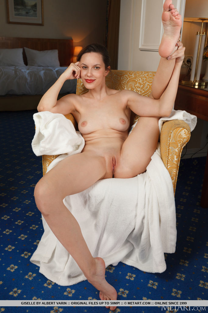 Best spine-tingling model Giselle in unclothed sessions