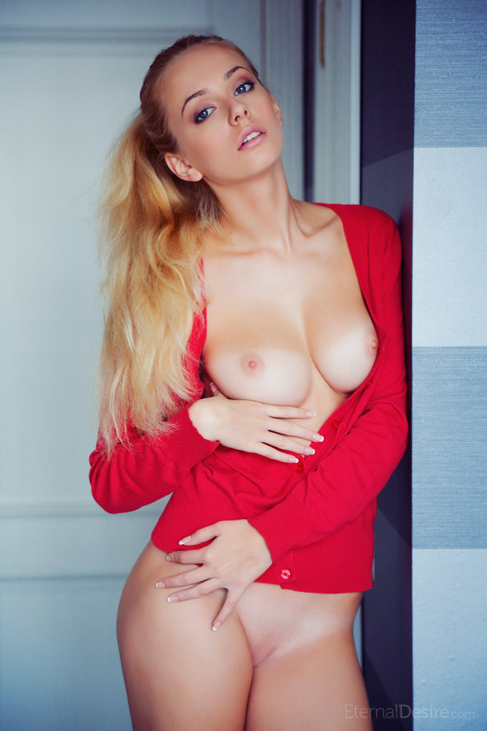 Jennifer Mackay in lecherous photo HD for freebie