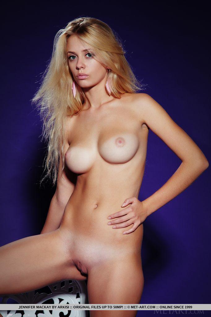 Jennifer Mackay in stark-naked image