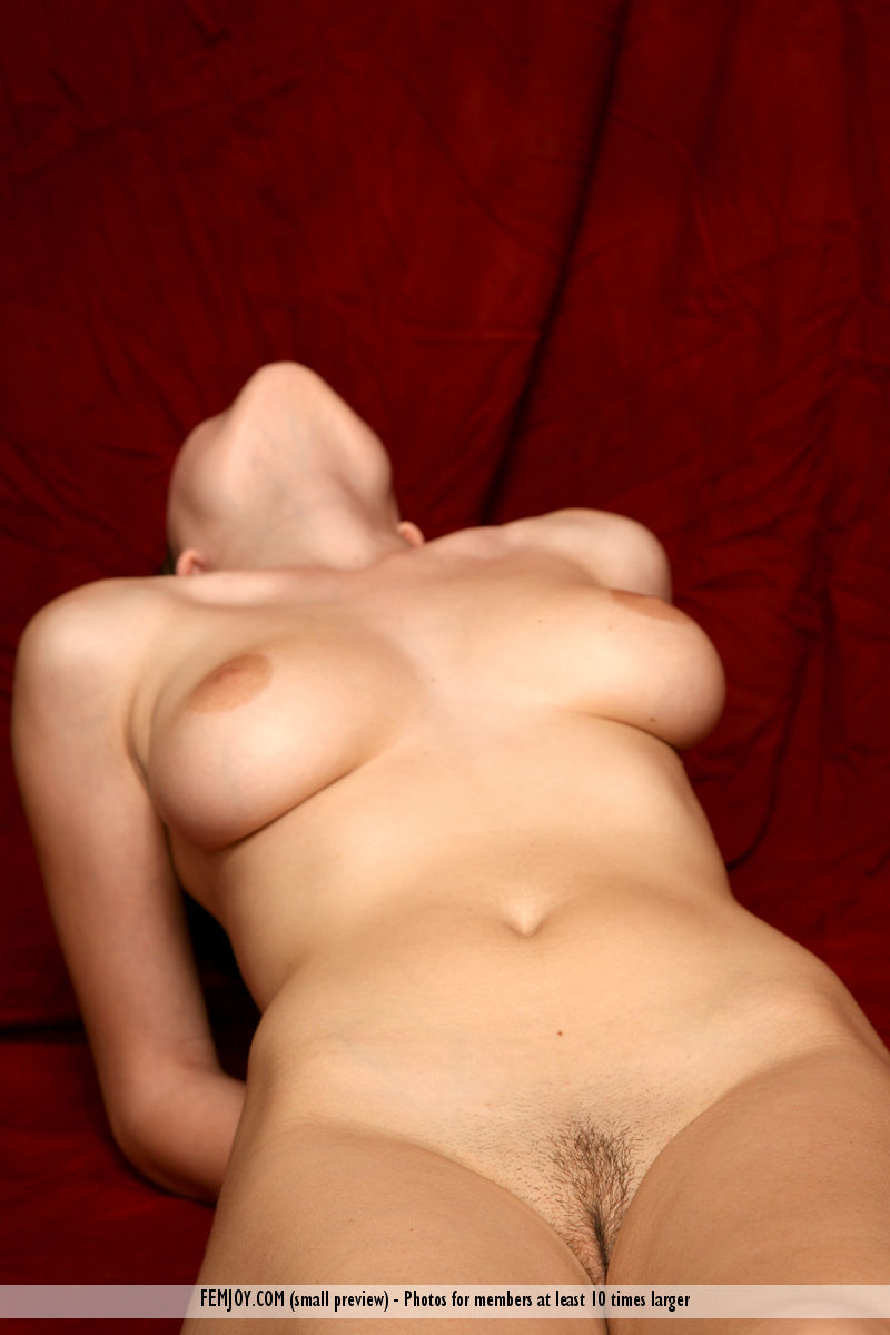 Model of Laura in stark-naked sessions