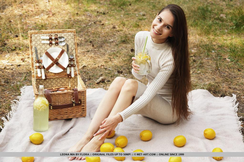 Leona Mia in flirtatious photo sessions