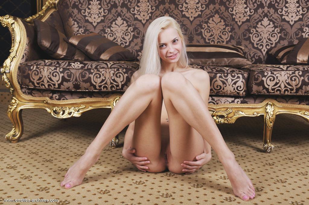 Model of Leonie in stark-naked sessions