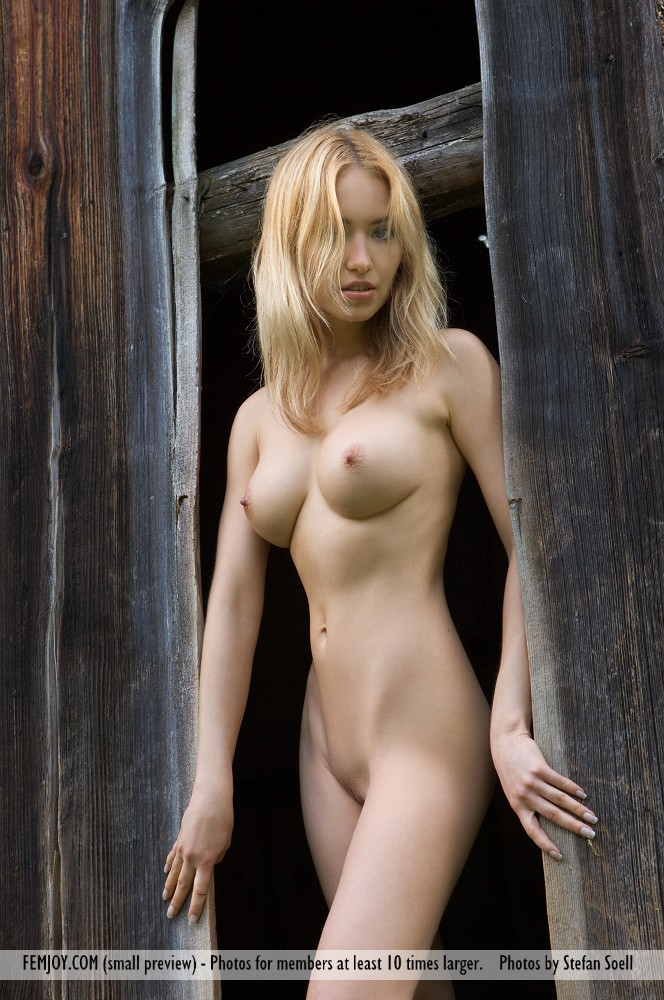 On the magazine cover of Holzhuette FemJoy is stunning Lia