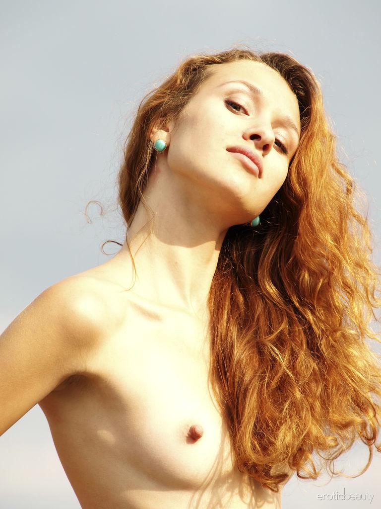 Lu Novia inviting small titties photo
