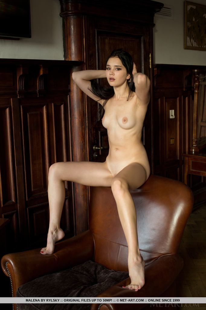 Malena in titillating photo sessions for gratis