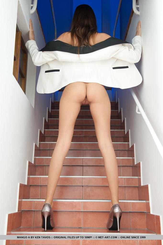 This woman has grand medium tits and Brown hair, Blue eye