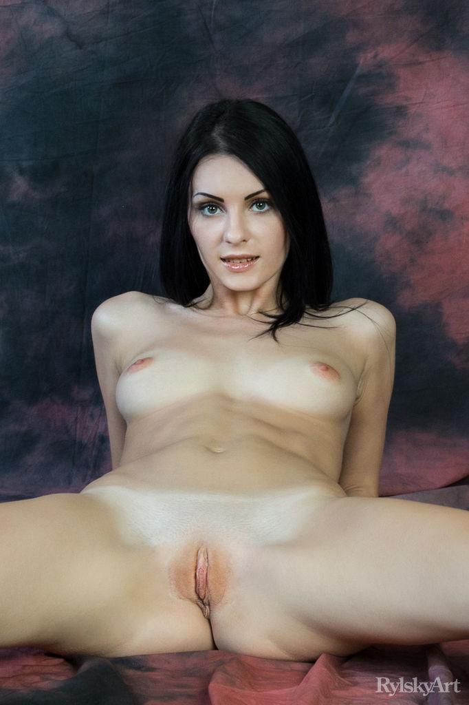 uncovered photo gallery of  Rafaella