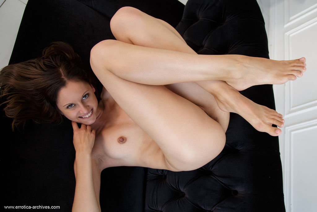 Sade Mare in hot photo HD for chargeless