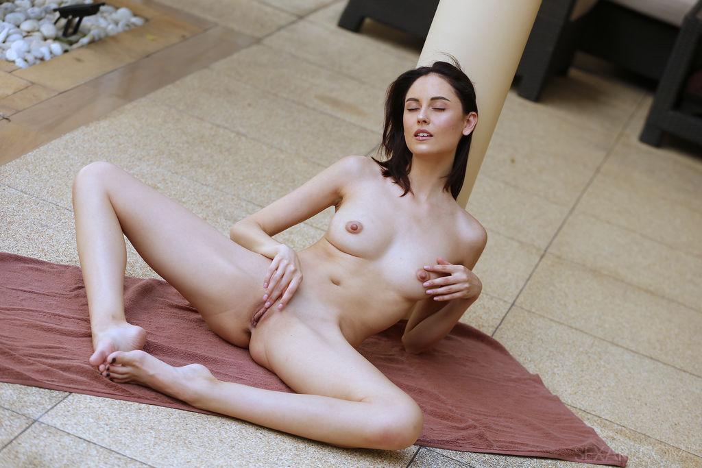 Sade Mare in flirtatious photo HD for gratis