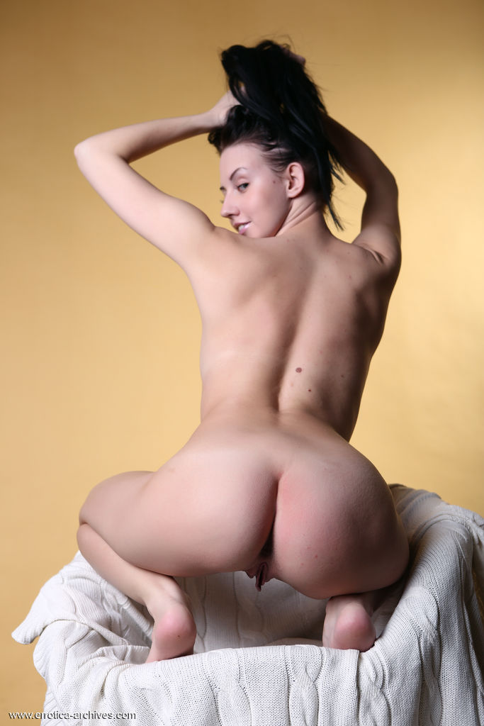 Veronica Snezna medium natural breasts image