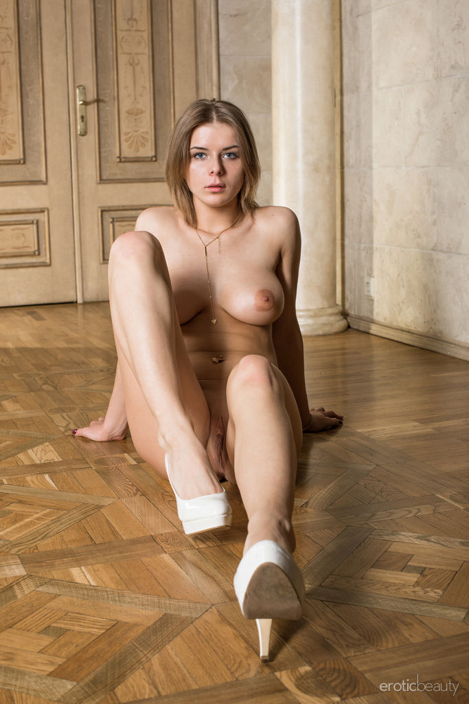 Yelena in mature photo sessions for free of cost