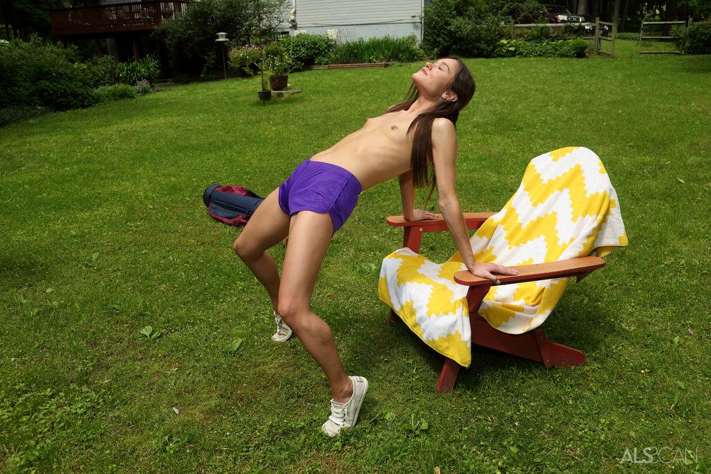 Zoe Bloom in stripped pix
