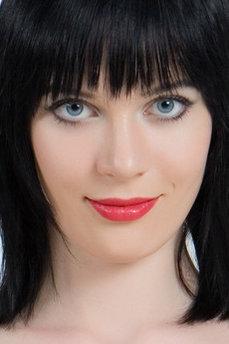 Art model Lo Lynn